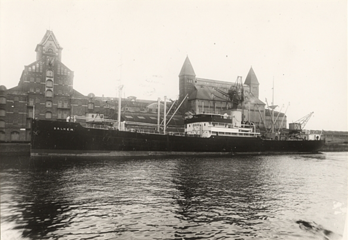 "Foto i svartvitt visande lastmotorfartyget ""DALHEM"" av Slite i Köpenhamn."