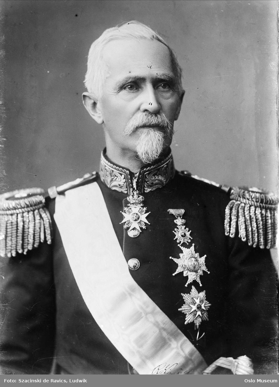 portrett, mann, offiser, generalmajor, uniform, epåletter, medaljer, ordensbånd, sittende halvfigur