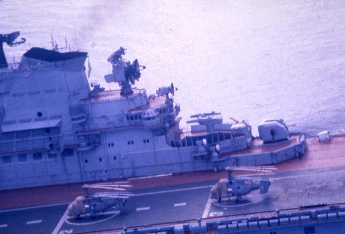 Russisk hangarskip av Kiev - klassen. På flydekket sees 2 stk helikoptere.