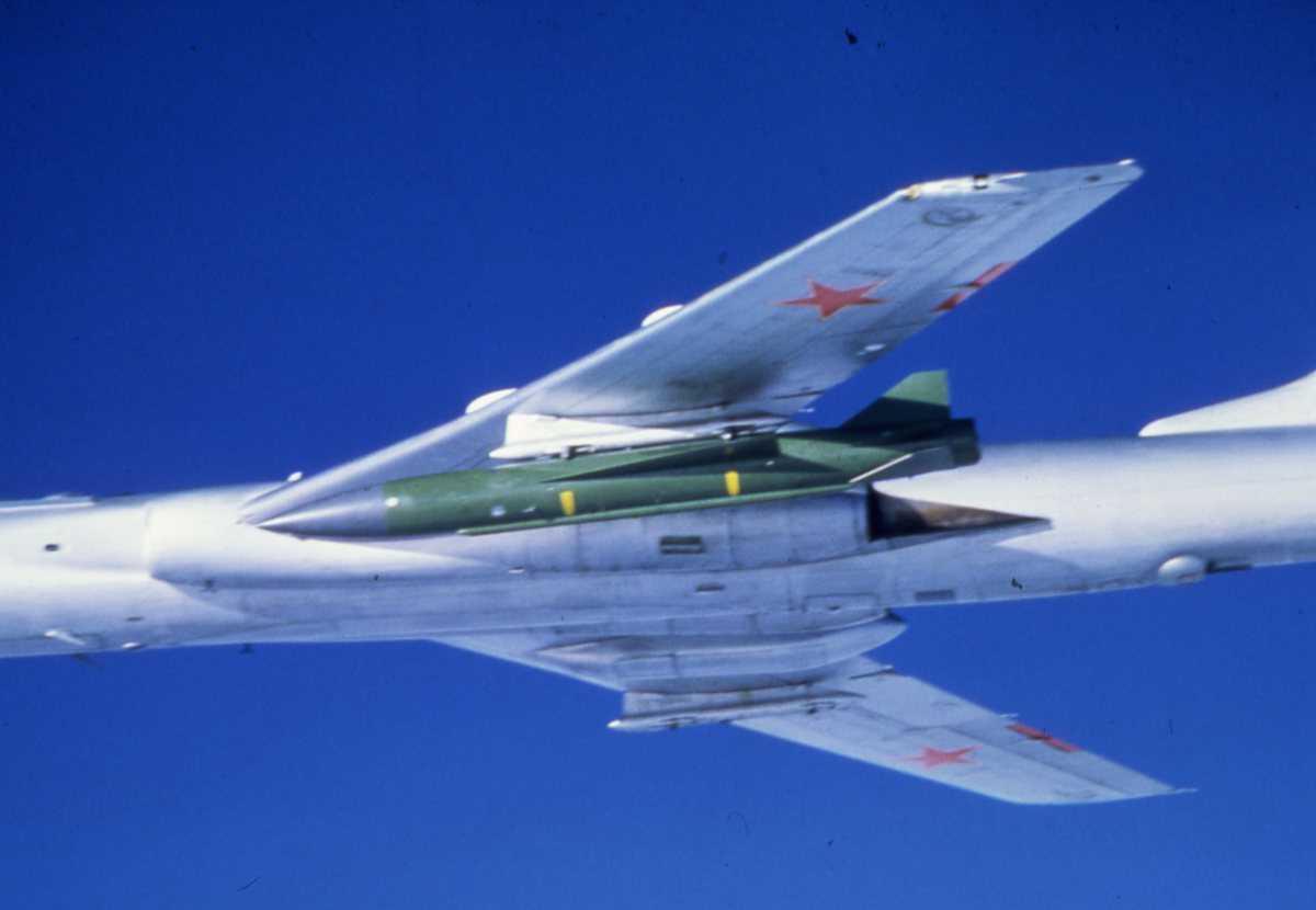 Russisk fly av typen Badger C Modifisert, med en rakett montert under buken, kalt Kingfish.