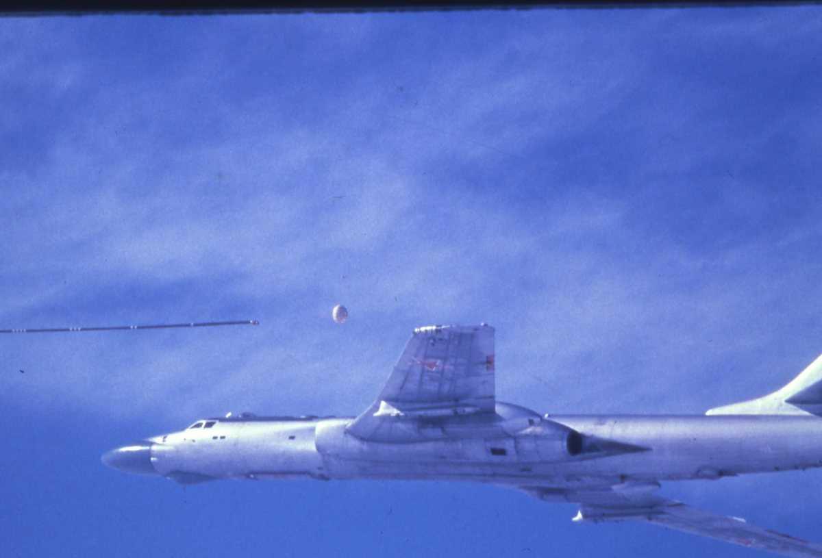 Russisk fly av typen Badger C som er i ferd med å kople seg til refyllingsslangen for drivstoff som kommer fra et Badger A Tankfly.
