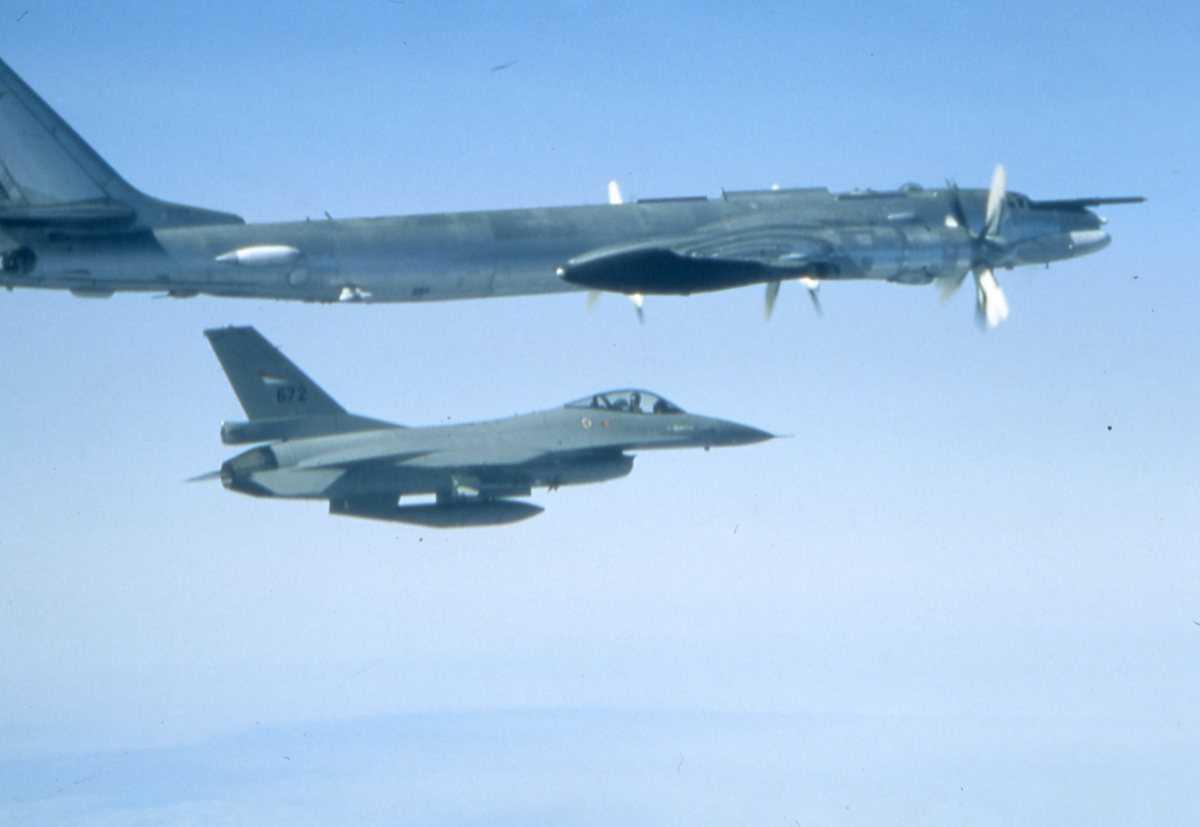 Russisk fly av typen Bear G og en norsk F-16 med nr. 672.