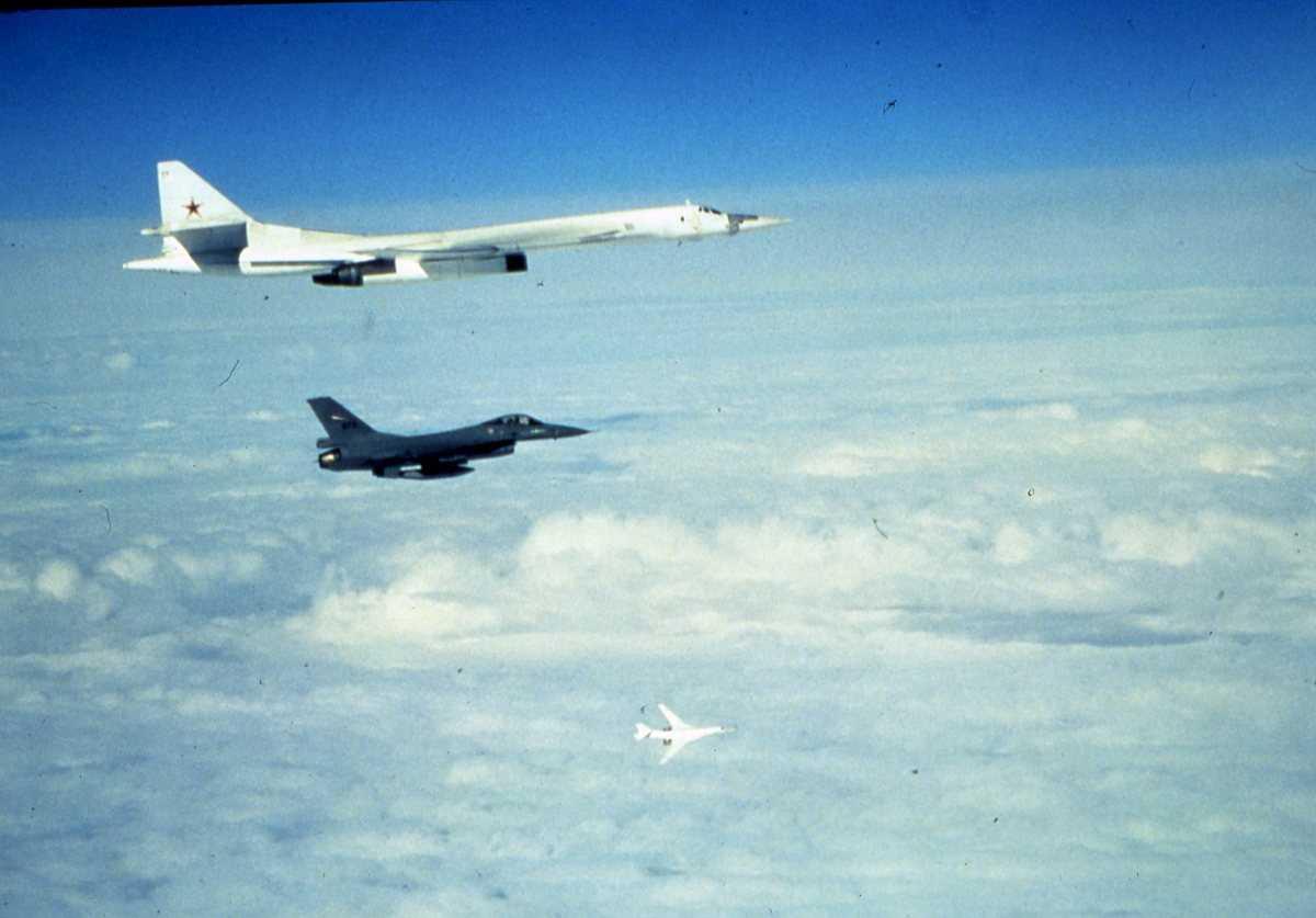 Russiske fly av typen Blackjack, den øverste med nr. 17. En norsk F-16 med sannsynligvis nr. 673, sees i forgrunnen.