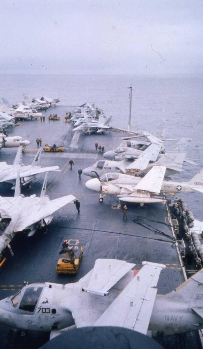 Amerikanske fly av typen A-6 Intruder, F-18 Hornet, F-14 Tomcat og S-3 Viking. Alle flyene er ombord på Hangarskipet Eisenhower med nr. CVN 69, som er ute i Vestfjorden.