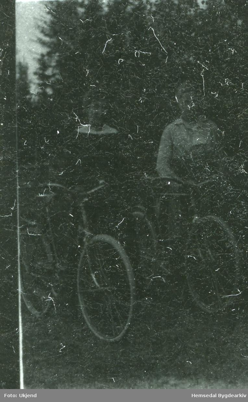 Anne Haugo og Margit Myren frå Hemsedal på sykkeltur. Fototgrafiet er teke ca. 1910