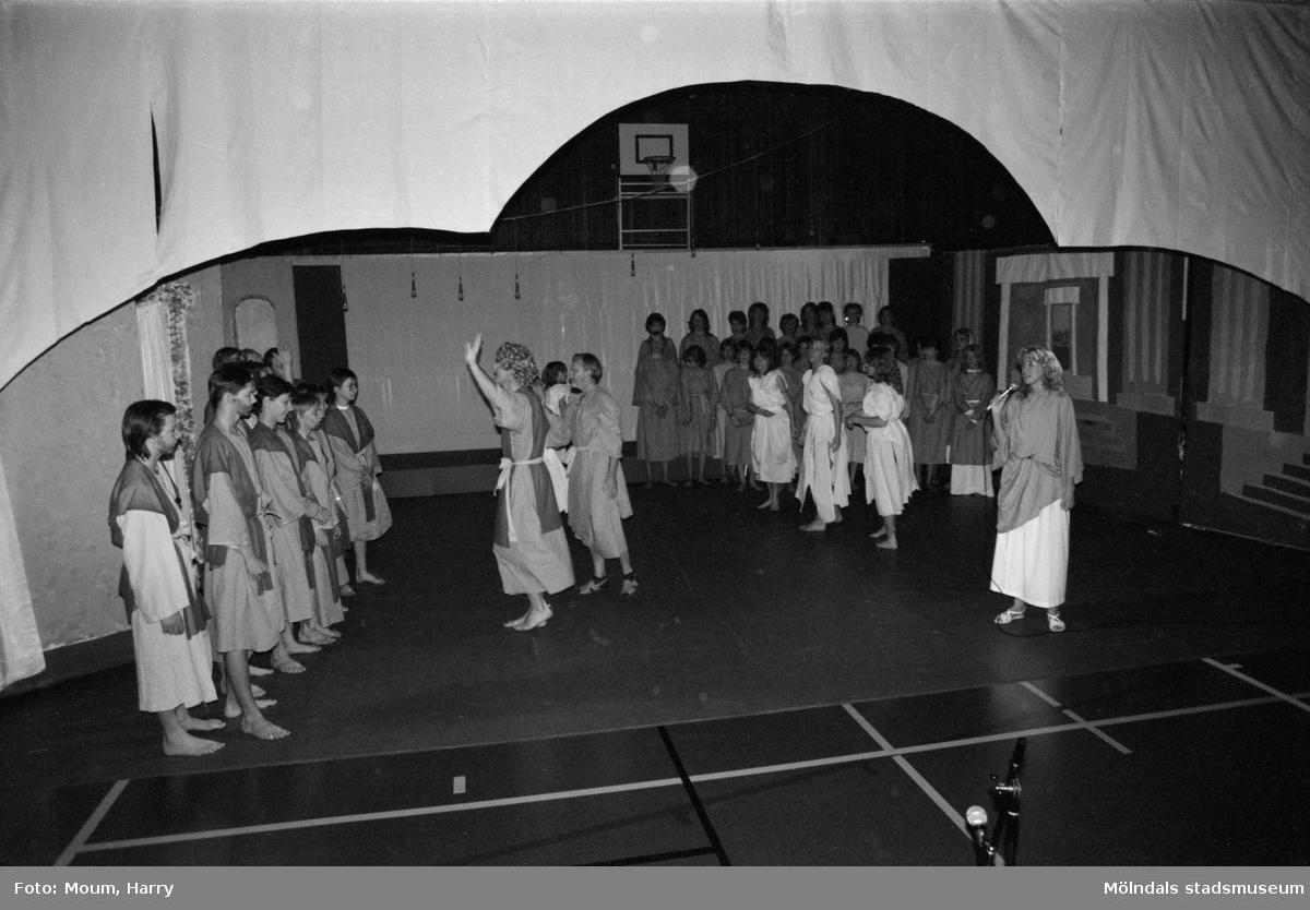 Musikalen Joseph på Ekenskolan i Kållered, år 1984.  För mer information om bilden se under tilläggsinformation.