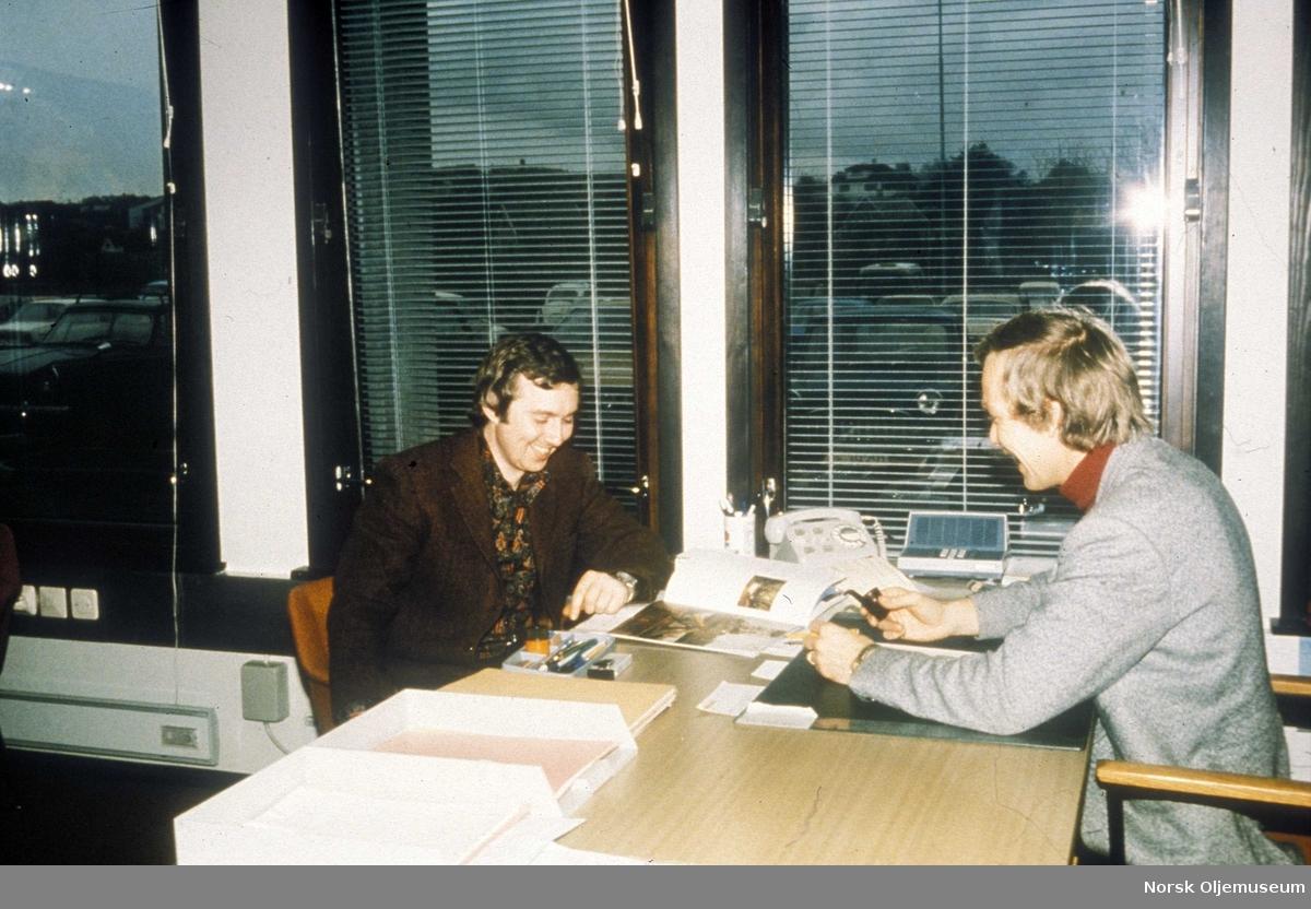 Personalkontor i Elf hovedbygg. Personalkonsulent Carl Copeland og personalsjef Morten Koldrup