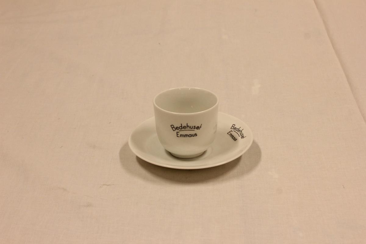 """Til å ha te og kaffe i. Både kopp og skål har inskripsjonen """"Bedehuset Emmaus"""". Kopp: Dia oppe 8, høyde 7 cm, Skål: dia skål 14,3 cm. Kjøpt på auksjon på Nylund bedehus i juni 2001. Dette bedehuset hette før """"Bedehuset Emmaus"""". Dette skal nå rives."""