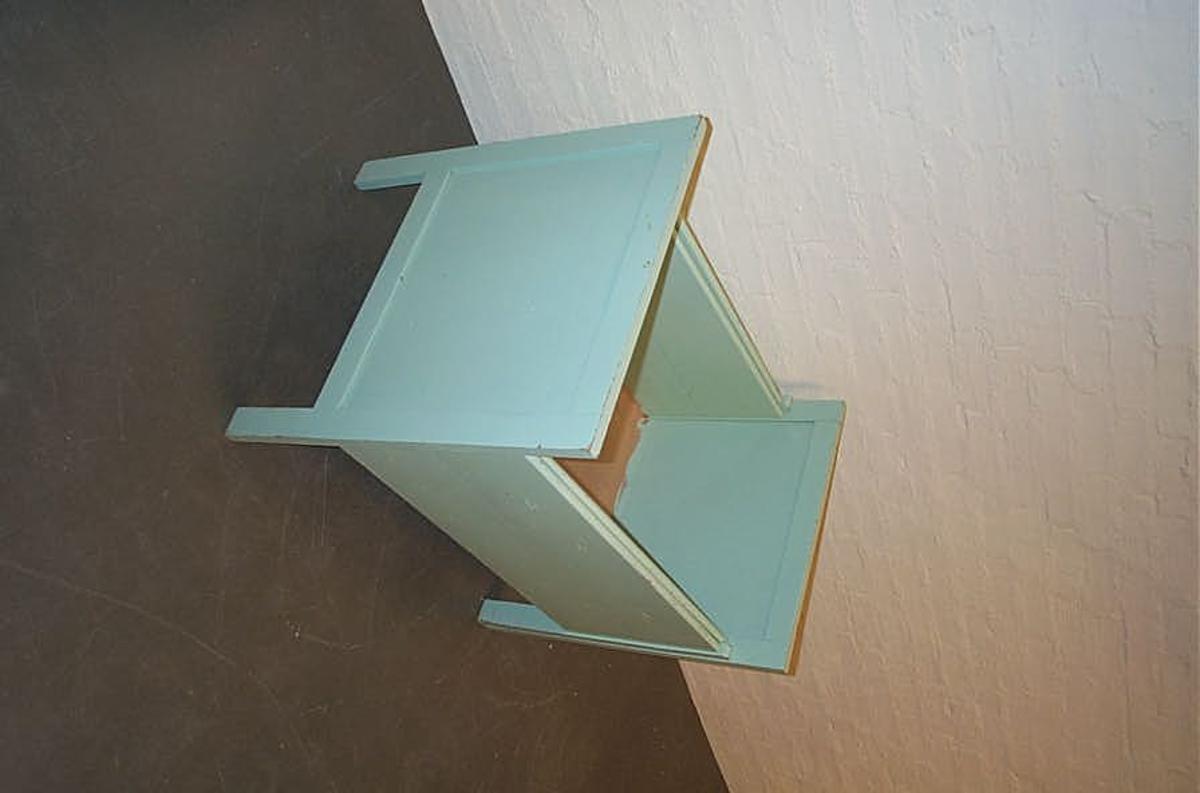 Form: Rektangulær i forma. 2-delt uttrekkbar 12: Sjukepassar 15: i lengderetning med 4 føter på eine delen og 2 på andre delen. Lik høgd på båe gavlar med fylling/spegel i brei råme som er forlenga til CA 20,5 cm høge føter med rektangulært tverrsnitt. Huntonitt sengebotn 22: Flekker i botn