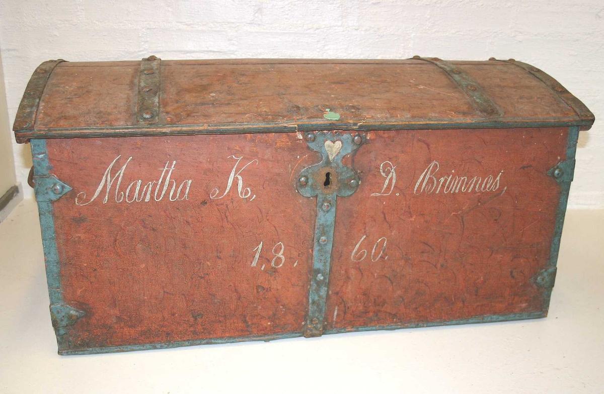 Form: Rektanguler DHS.30852/kiste er innkomen til museet omkring 1990, den er ikkje vorten katalogisert tidlegare, så vi kjenner ikkje historien til gjenstanden.