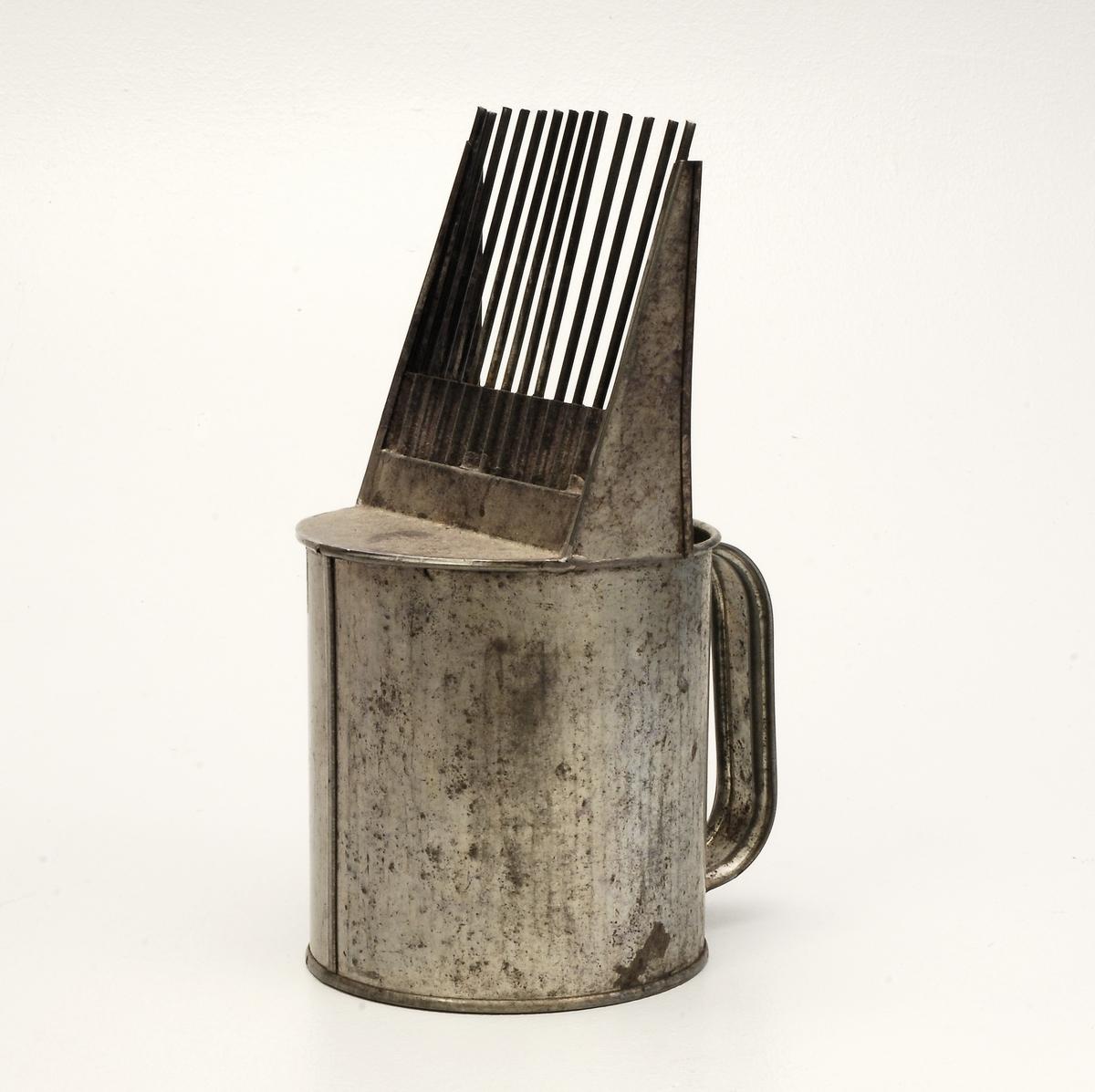 "Sylinderforma bærplukkar med handtak og ""gaffel"" ."