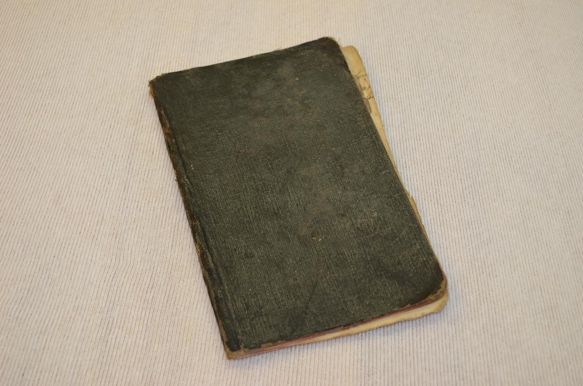 Lita svart notatbok. Permen er i vulkanfiber som ofte vart nytta i koffertar. I boka er det notert alt frå nekrologar til reknskap over sildefiske i 1916.