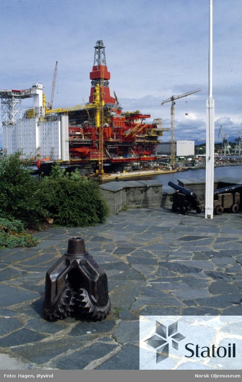 Dekket til Statfjord C klargjøres ved Moss Rosenberg Verft, Stavanger. I forgrunnen ser vi en borekrone.