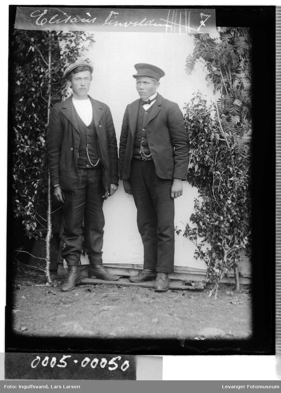 Portrett av to unge menn.
