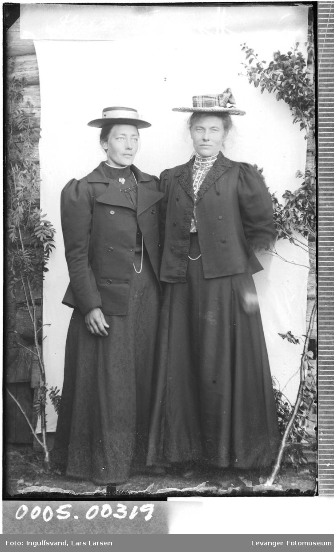 Portrett av to kvinner med stråhatter.