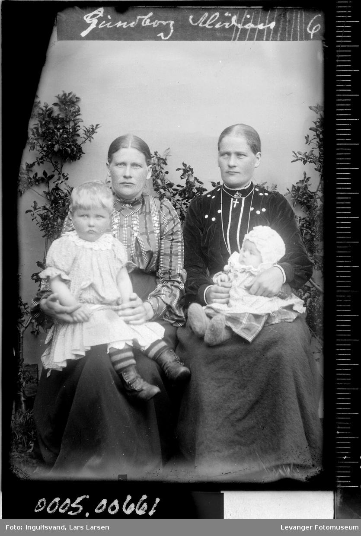 Gruppebilde av to kvinner og to barn.