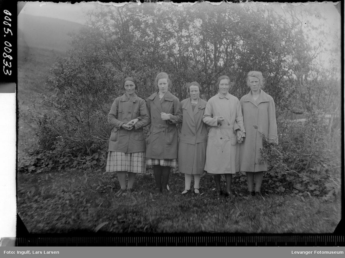 Gruppebilde av fem kvinner.