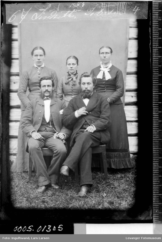 Gruppebilde av tre kvinner og to menn.