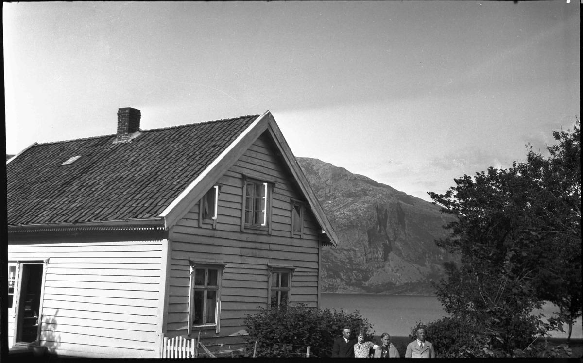 Gruppebilde foran våningshus i Gjervika, Atløy