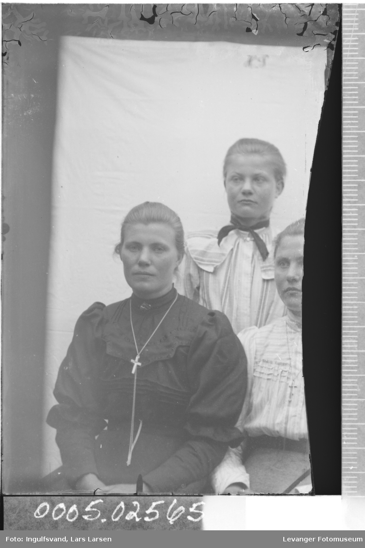 Gruppebilde av tre søstre.