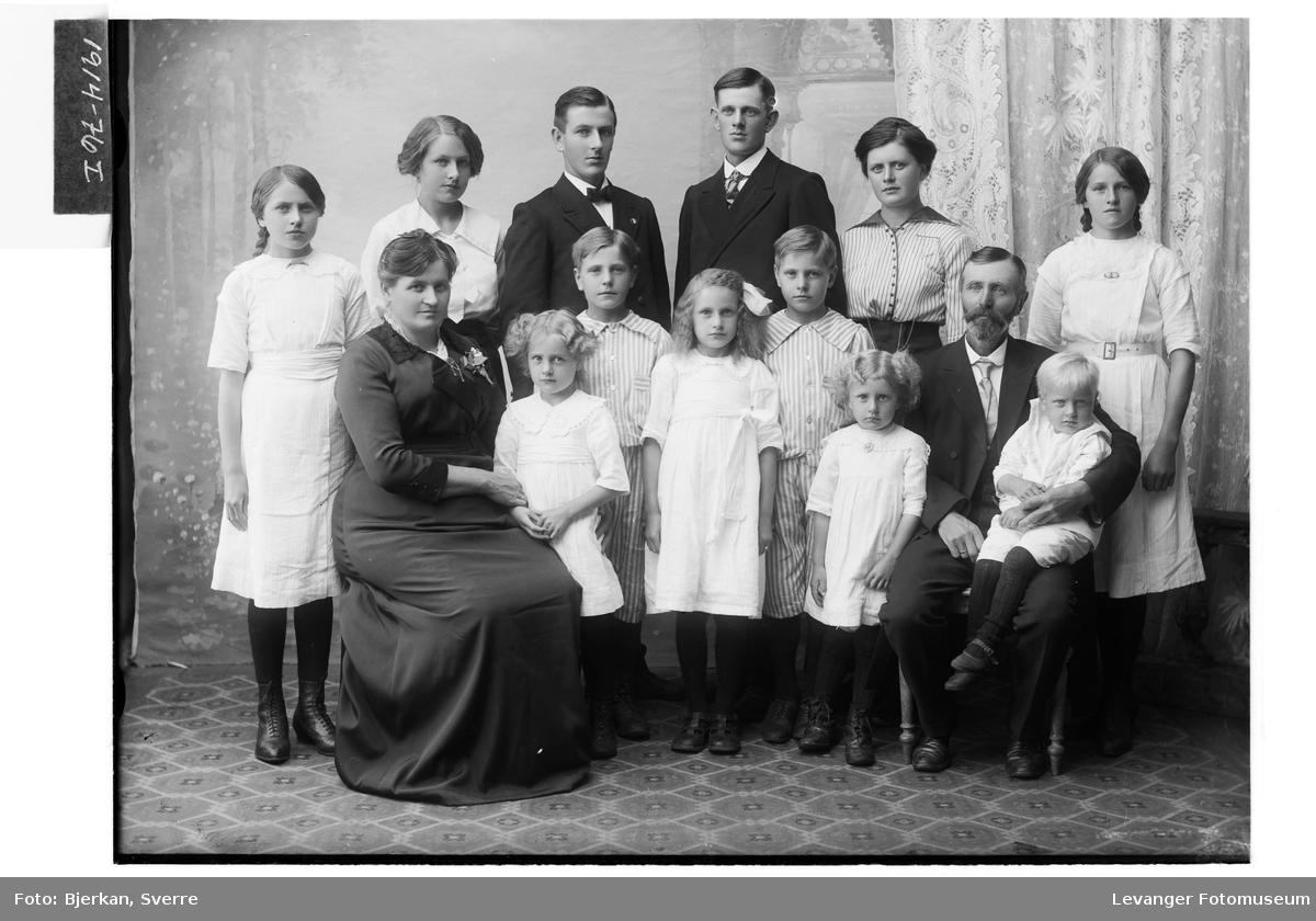 Ida og Nils Aasenhus med tolv barn