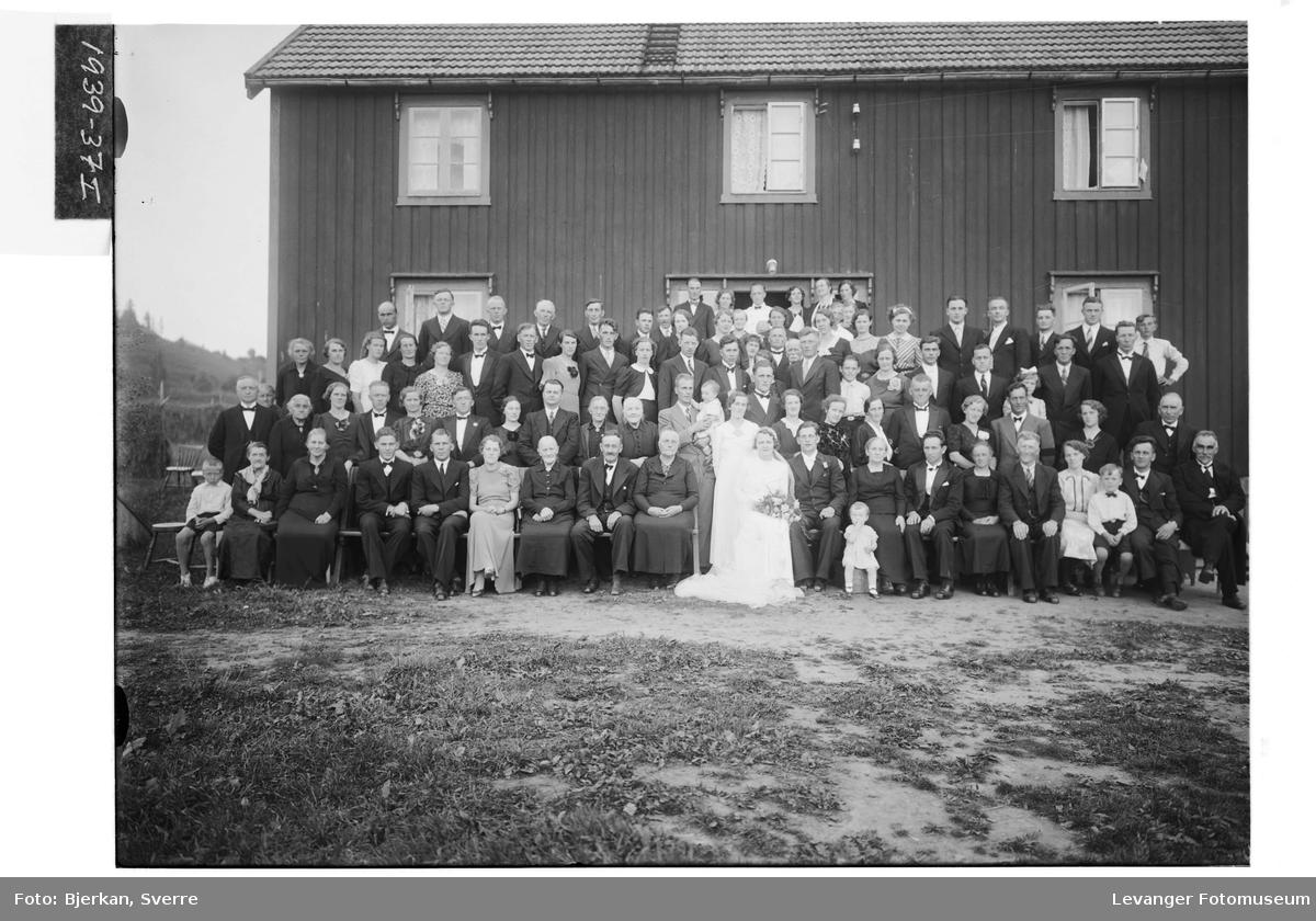 Brudeparet  Oline Andersen og Per Sørum med bryllupsgjester på Lund i Skogn.