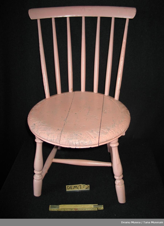 Trestol, øverste lag maling er rosa. Malt lyseblå under.