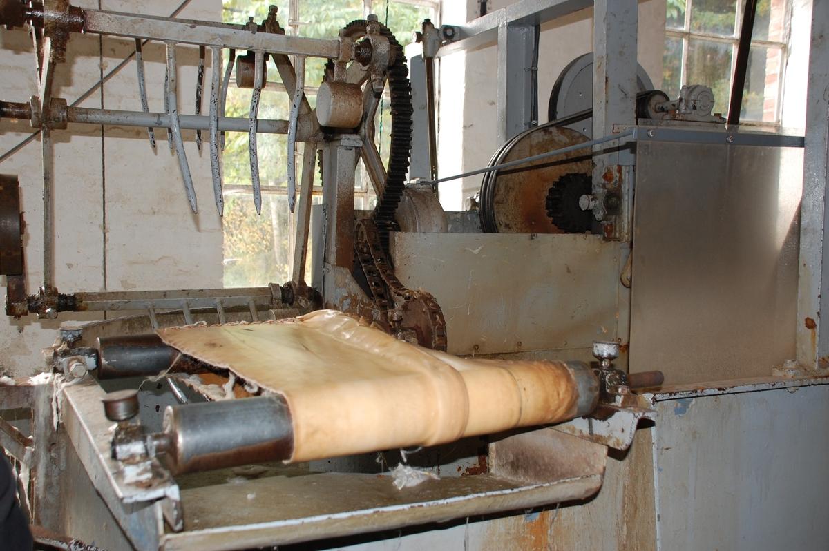 Råulla blir lagt i bløt i ca to timer, deretter tippet over til skyllekaret hvor vannet skyller gjennom ulla gjentatte ganger med to store gafler. Deretter løftes ulla manuelt over til sentrifugen. Ønsker man å beholde den naturlige lanolinen, vasker man ulla kun i lunket vann. Hvis lanolinen skal vaskes ut, brukes det varm vann og såpe.