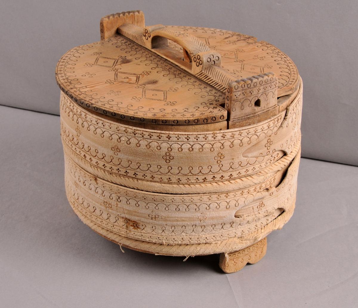 Spann, lagga. Sett saman av 12 stavar, botnen sett saman av tri delar. Lok av eit stykke med handtak fest med svalehale. Lås i loket. Spannet er gjurt med fire gjorder, to flate og to runde. Dekorera med svidekor.
