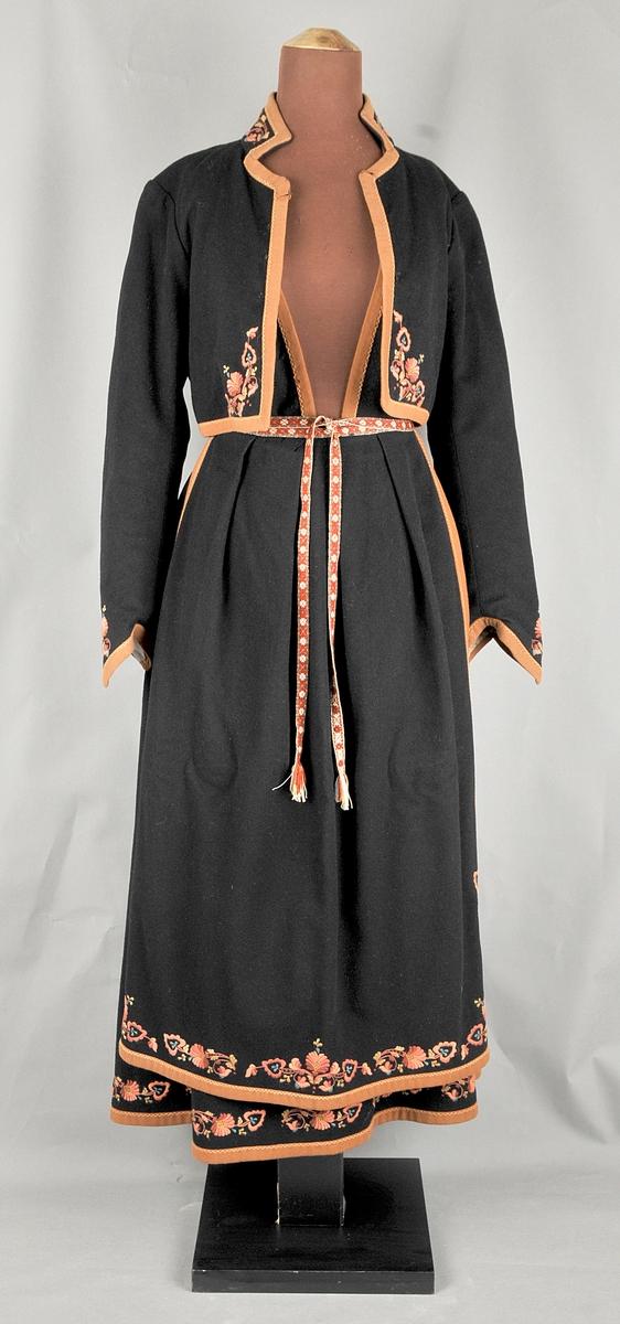 Vest-Telemarkbunad, stakk, liv, forkle og jakke. I svart ullklede med rosesaum på alle delar. Kanta med rustraudt/brunt ullklede.