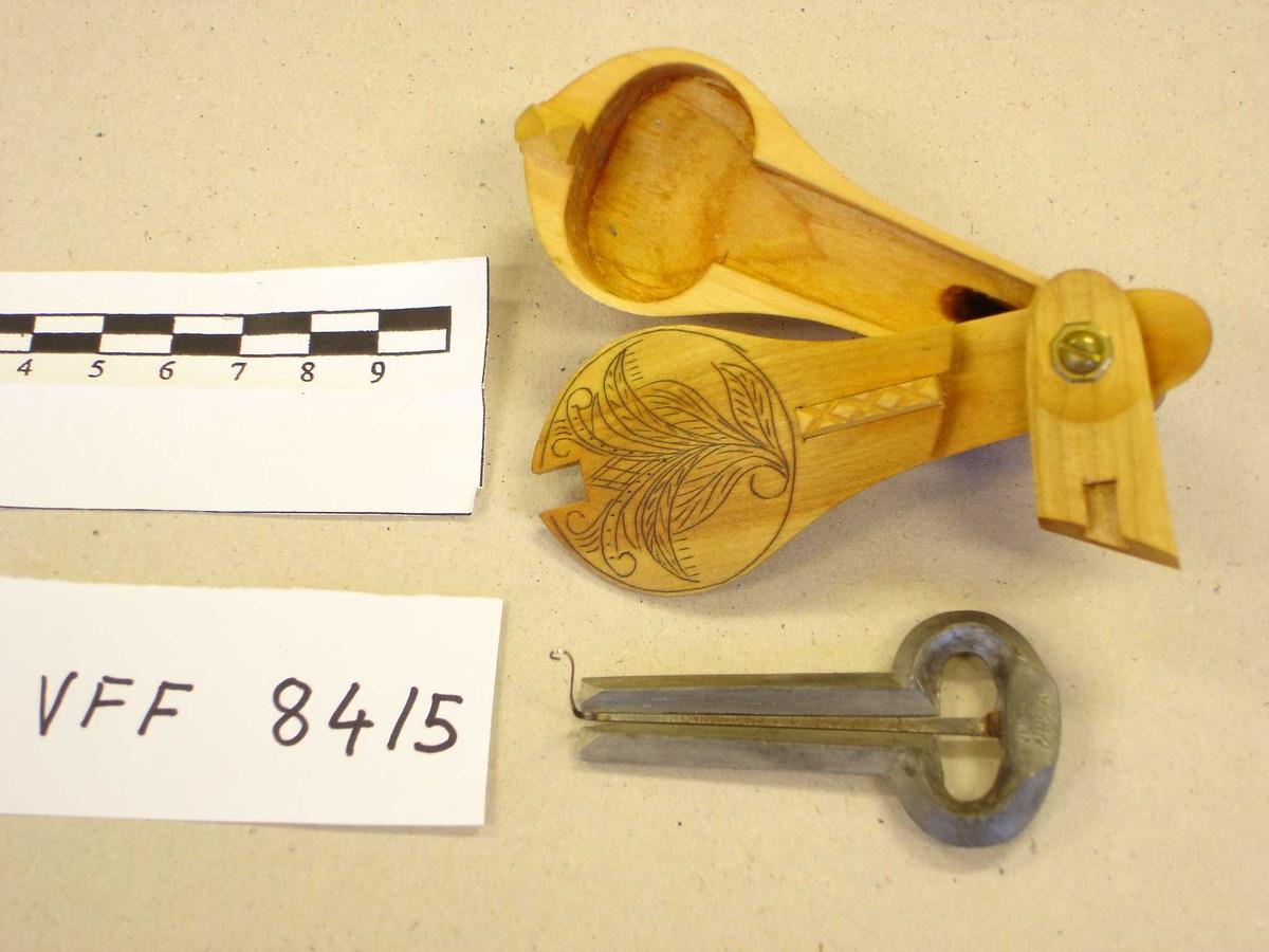 Gjenstanden består av to deler: Munnharpe i tinn/bly legering og etui.