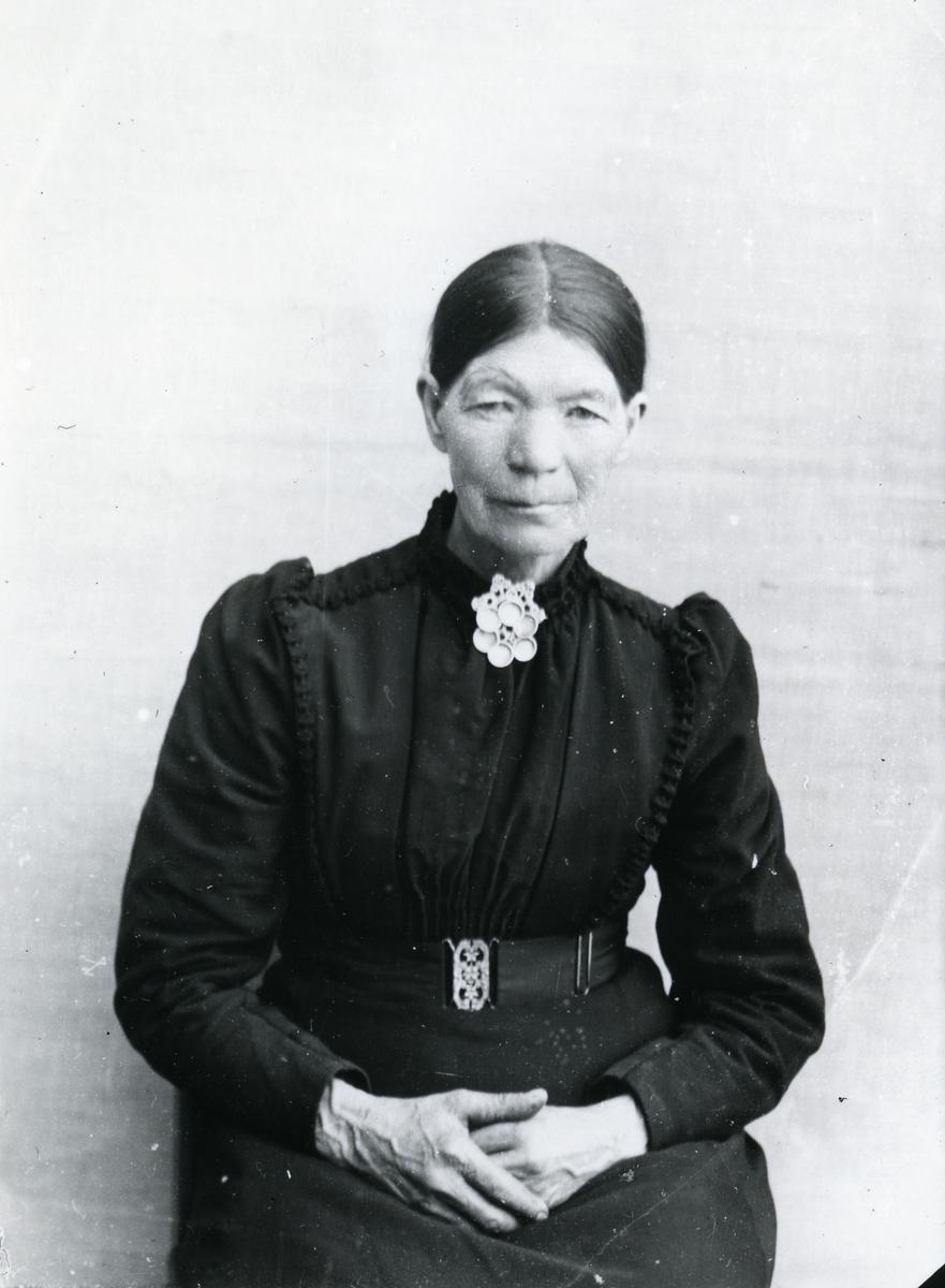 Kvinne, sittende foran lerret