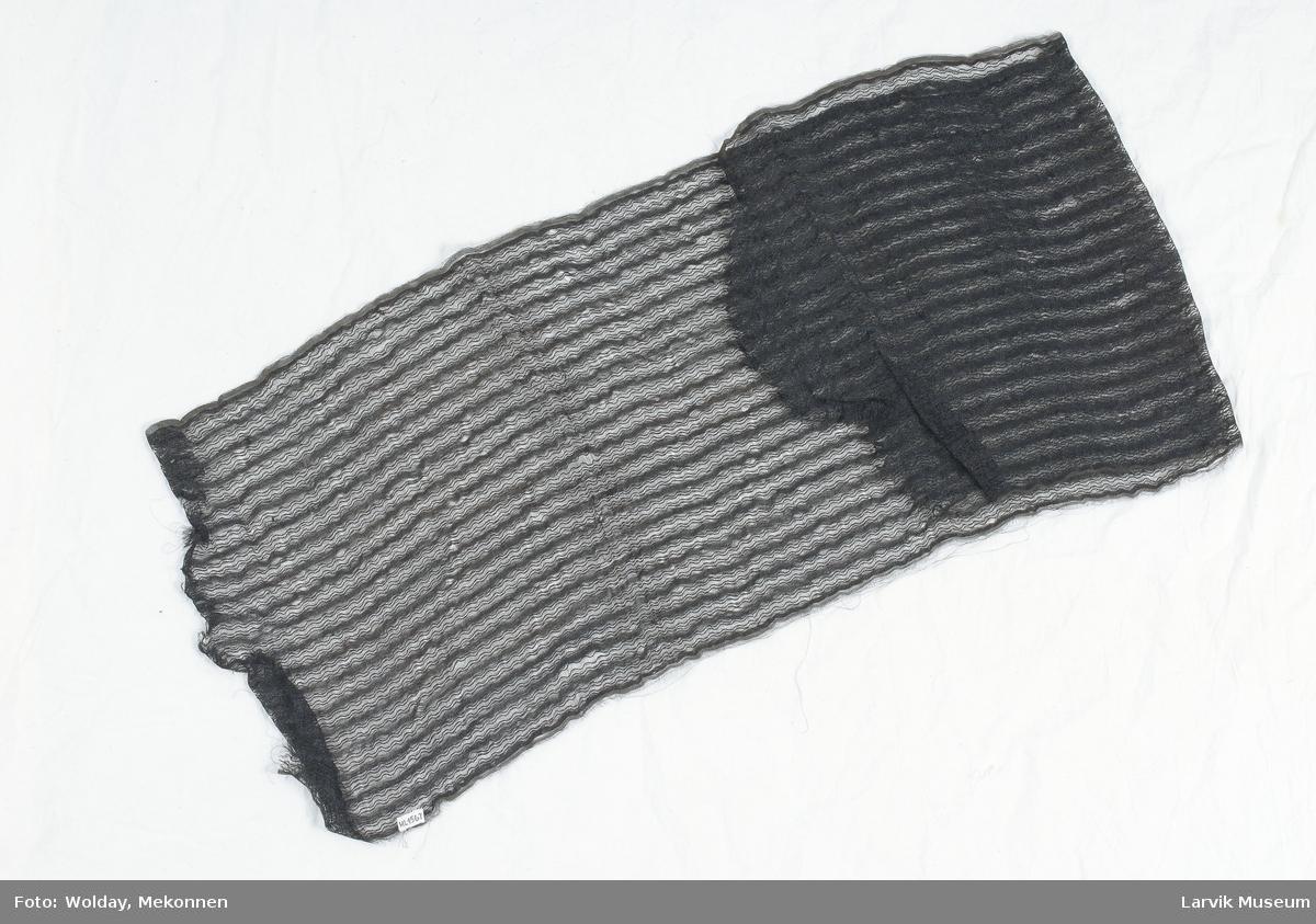 Form: sort hestehårsimitasjon med stripet,