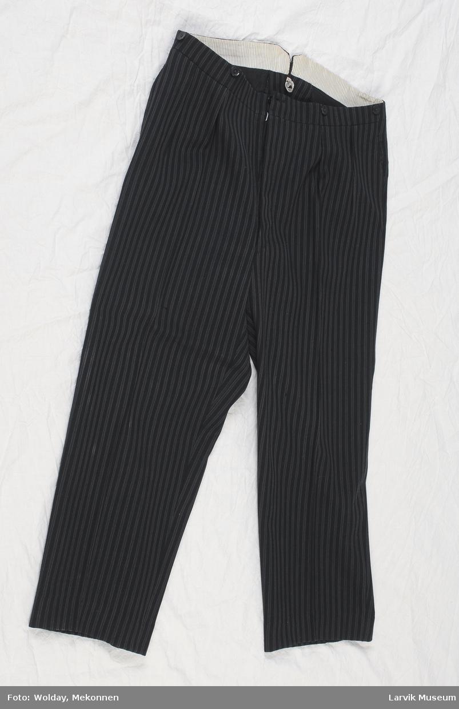 Form: smalstripet sort ull,lyst fór i linningen,