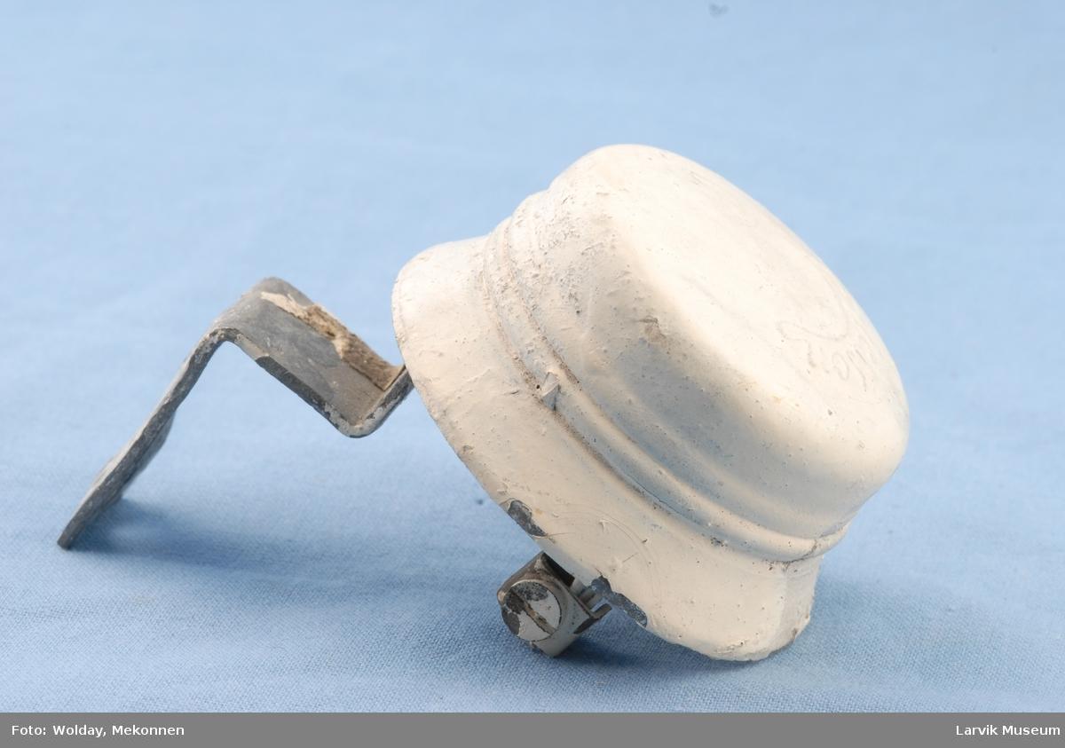 Form: Som en hatt.