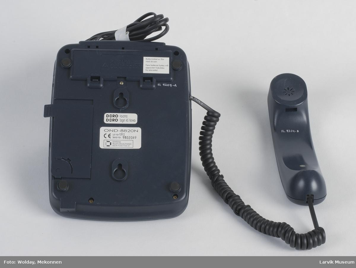 Form: Store runde taster, telefonrøret på venstre side.