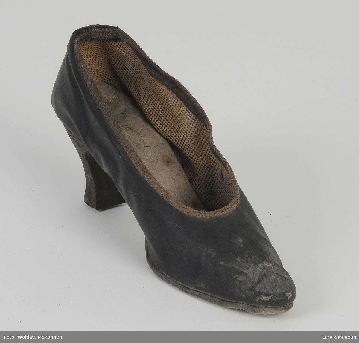 Form: Enkel høyhelet damesko i bemalt stoff, med papirsåle og enkel tre hel.
