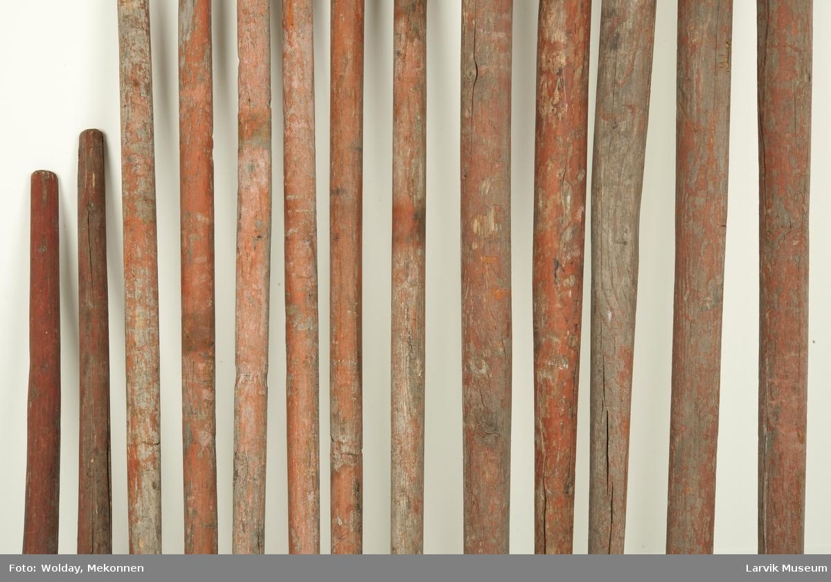 Samlingen består av 4 lange pumpestenger, 6 middels lange, samt 2 korte. Samt to skaft til hakker.