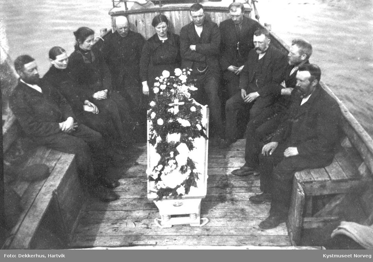 Anna Ofstads gravferd i båt