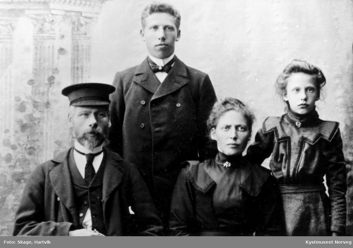 Familieportrett av ukjente personer