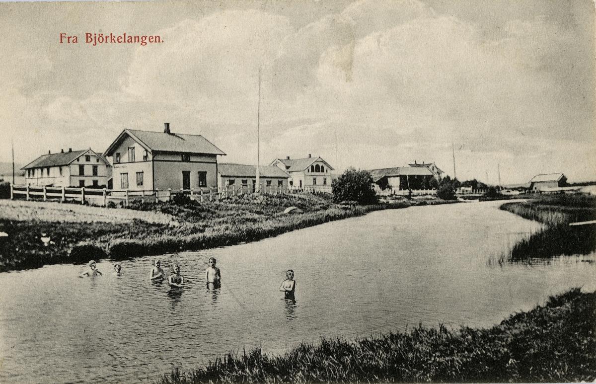 Bjørkelangen stasjon. Barn som bader i elva.
