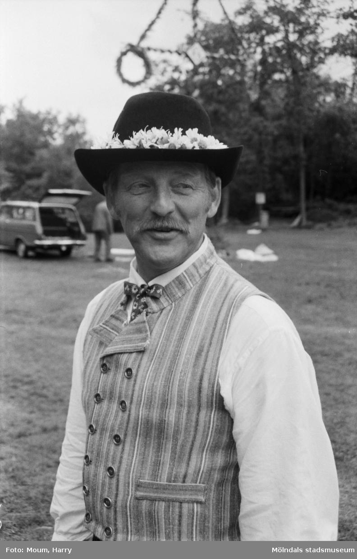 """Midsommarfirande på Ekensås i Kållered, år 1984. """"""""Smen"""" satte fart på midsommardansen.""""  För mer information om bilden se under tilläggsinformation."""