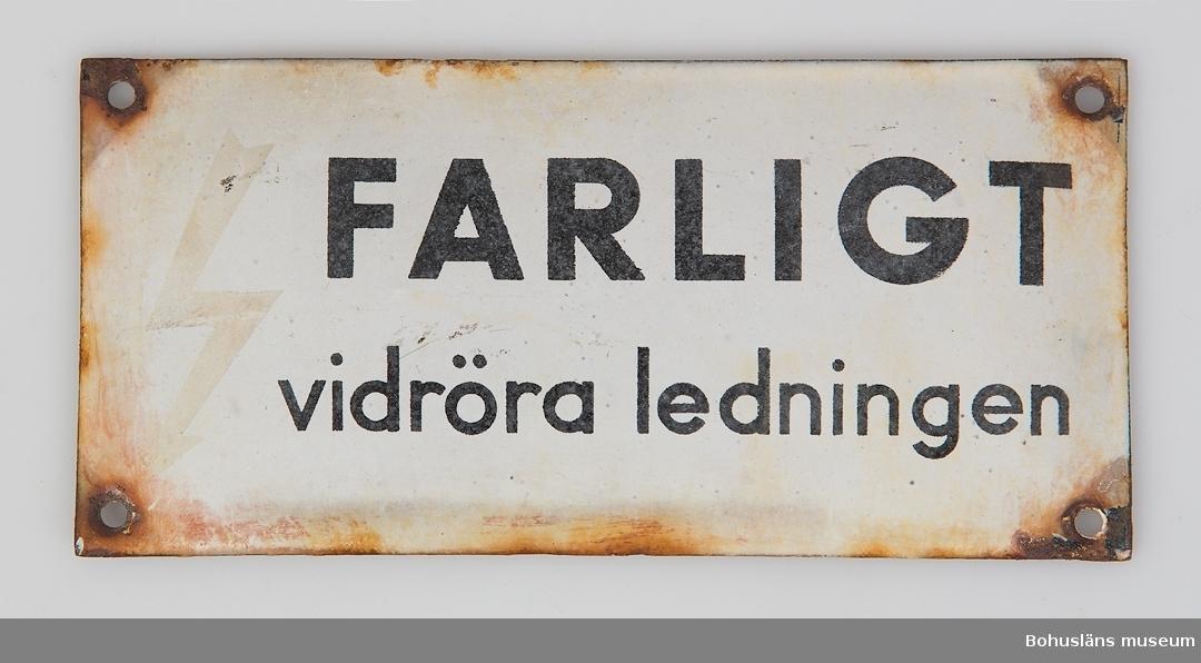 Vit emaljskylt med svart text: FARLIGT vidröra ledningen Proveniens okänd.  Inköp F. Nordberg antikhandel, st. Hellevigsgatan, Uddevalla.