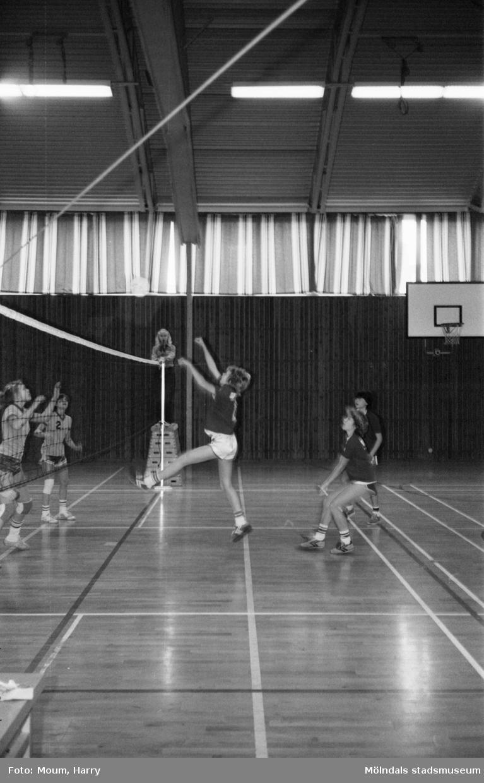 Mölndals Volleybollklubbs flickor B spelar match, år 1983.  För mer information om bilden se under tilläggsinformation.
