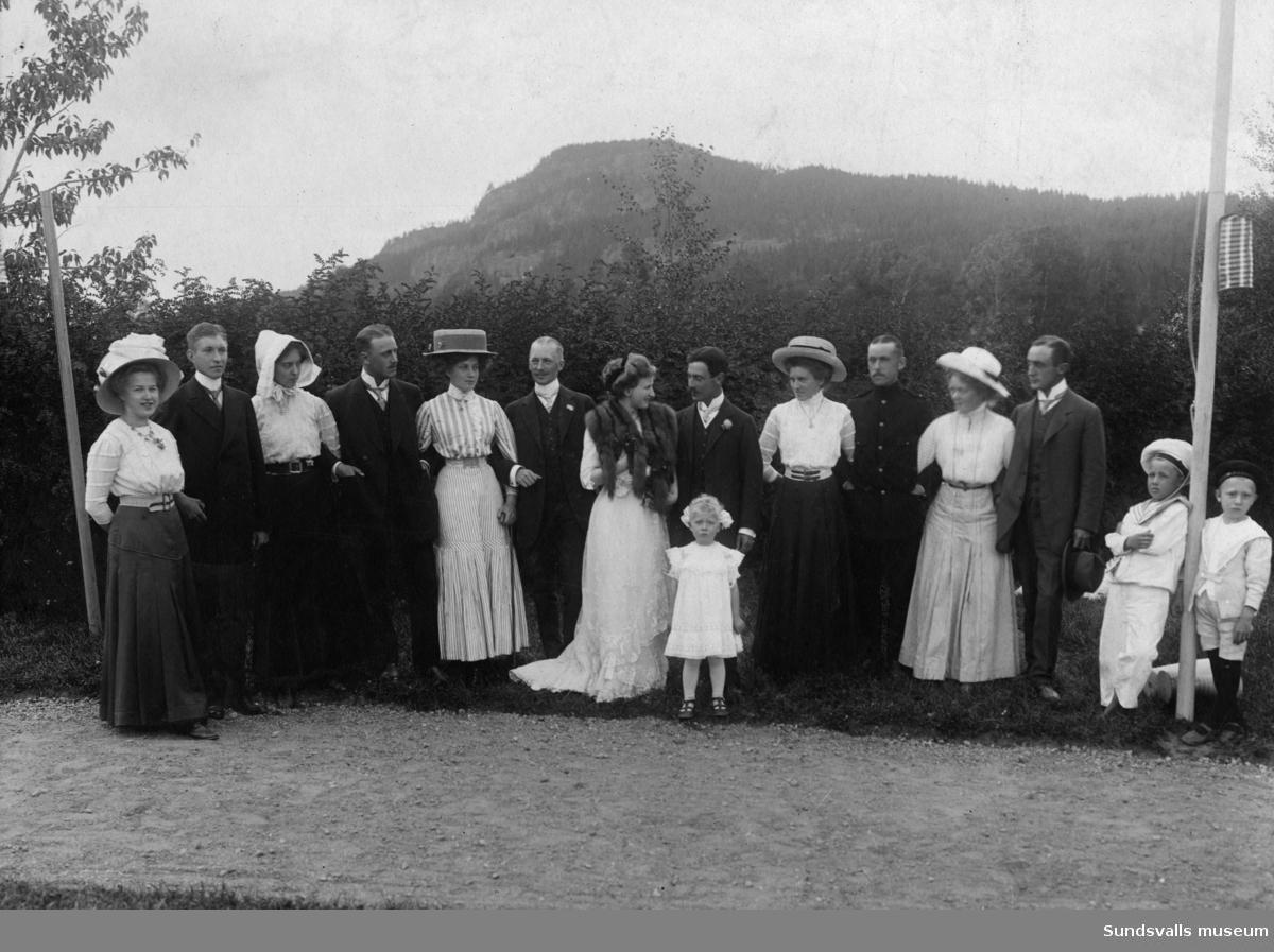 Brudpar med bröllopsfölje. Från Maja Huss och Otto Stålhandskes bröllop i Torps kyrka 1910-08-24. Dagen efter bröllopet med frukostmiddag på Solhem samt utfärd till Getberget. 6 par tärnor och marskalkar. Maria Ekvall (6:e fr höger) står vid jägmästare Claes Löfgren.