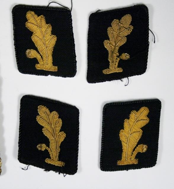 3 typer skulderdistinksjoner, 2 par kragemerker:  - 2 par gull med tre stjerner skuldermerke (Politimester)  - 1 par skuldermerke med krone og stjerne (Politimester) - 1 skuldermerke med 2 striper og 3 stjerner (mulig feltuniform) - 2 par skuldermerker med blad