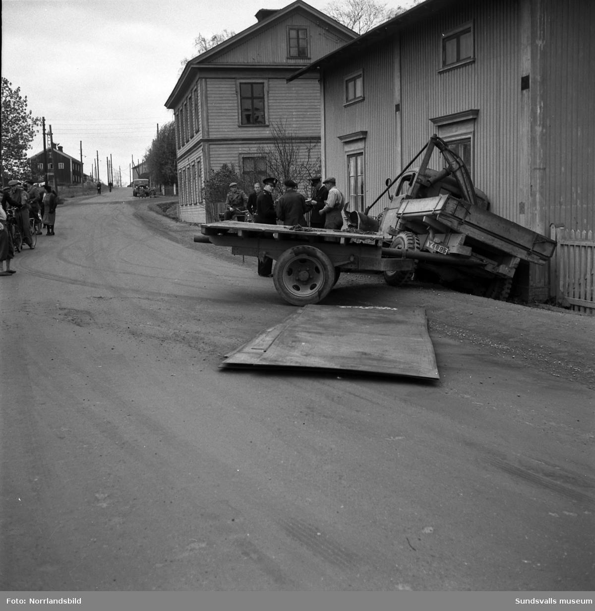 En mindre lastbil med släp har kört i diket i Mobacken, Östermalm, och polis är på plats och utreder.