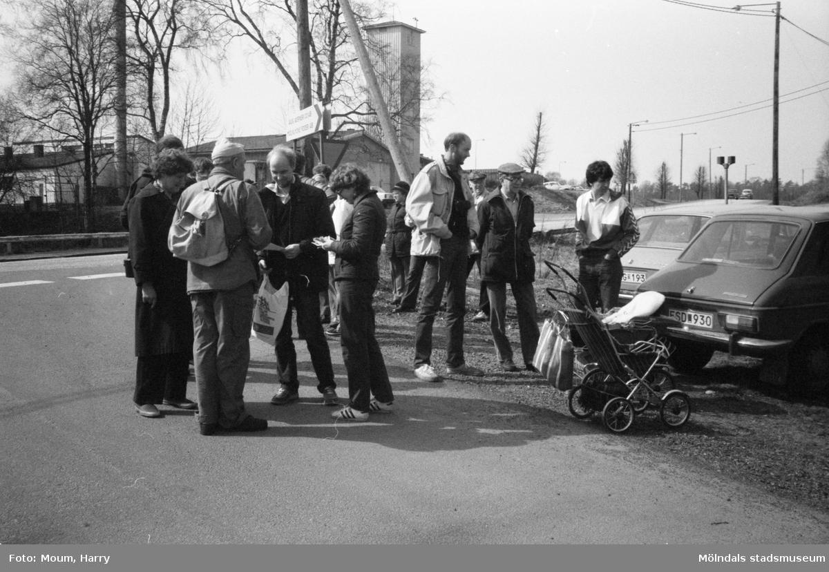 Lindome Hembygdsgille anordnar sockenvandring i Lindome, år 1983. En samling människor vid Gödebergsvägen.  För mer information om bilden se under tilläggsinformation.