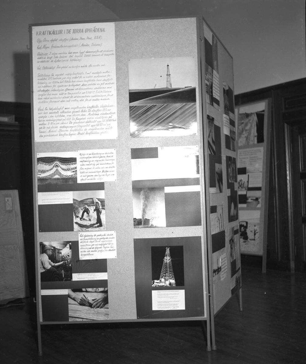 'Uställningen ''Människan och öknen - en utställning presenterad av UNESCO''. ::  :: Sektion av utställningsskärm, troligen inne i biblioteket, under arbetet med att sätta ihop utställningen ''Människan och öknen''. Med titel ''Karftkällor i de torra områdena''. ::  :: Ingår i serie med fotonr. 6984:1-18.'
