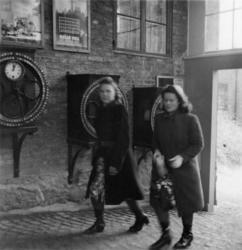 Porten vid Trädgårdsgatan. Fr. v.  Stina Dahlberg och Maj-Br